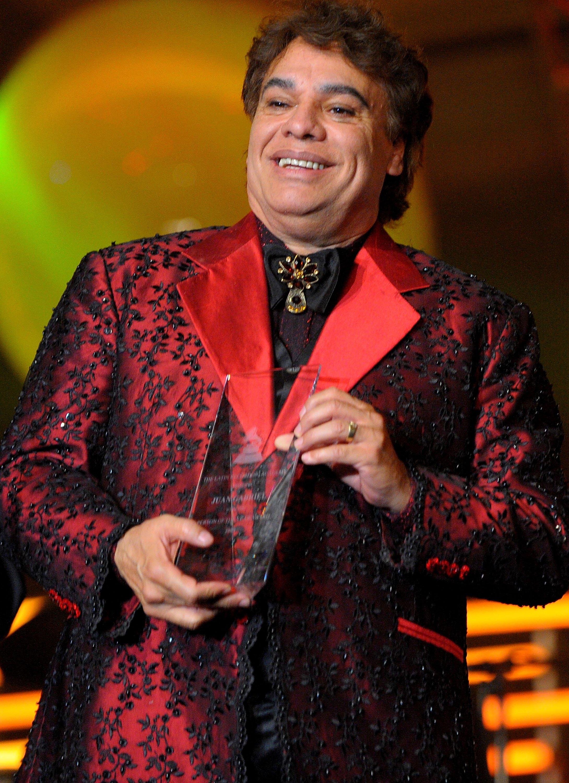 Juan Gabriel recibiendo galardón.    Fuente: Getty Images