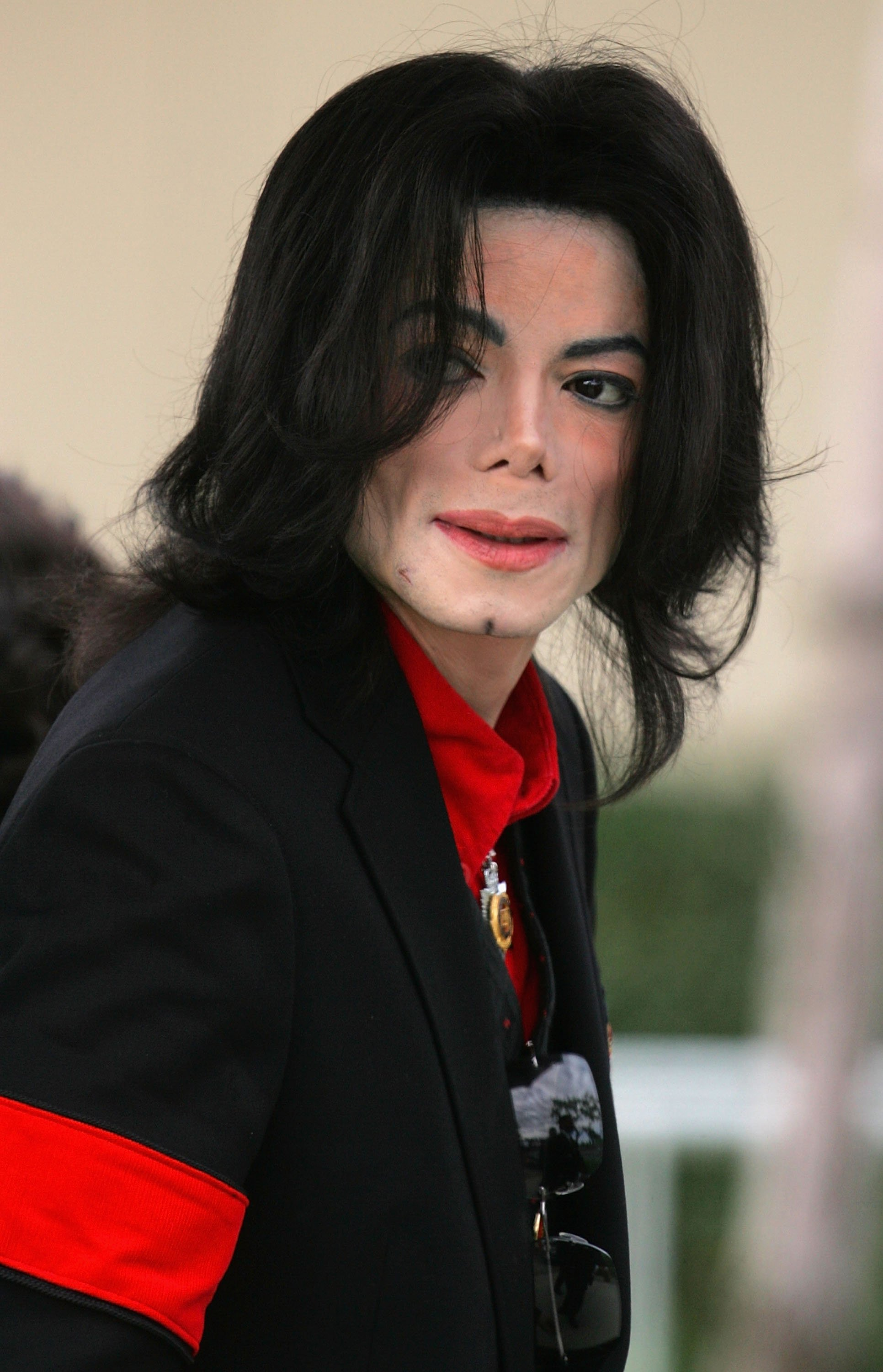 Michael Jackson arriving at the Santa Barbara County Courthouse on the 19th day of his child molestation trial on March 24, 2005. | Source: Getty Images