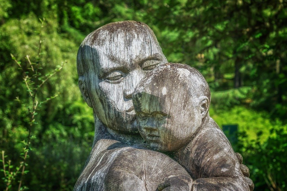 Escultura padre e hijo / Imagen tomada de: Pixabay