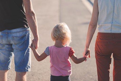Familie hält sich an den Händen | Quelle: Pixabay