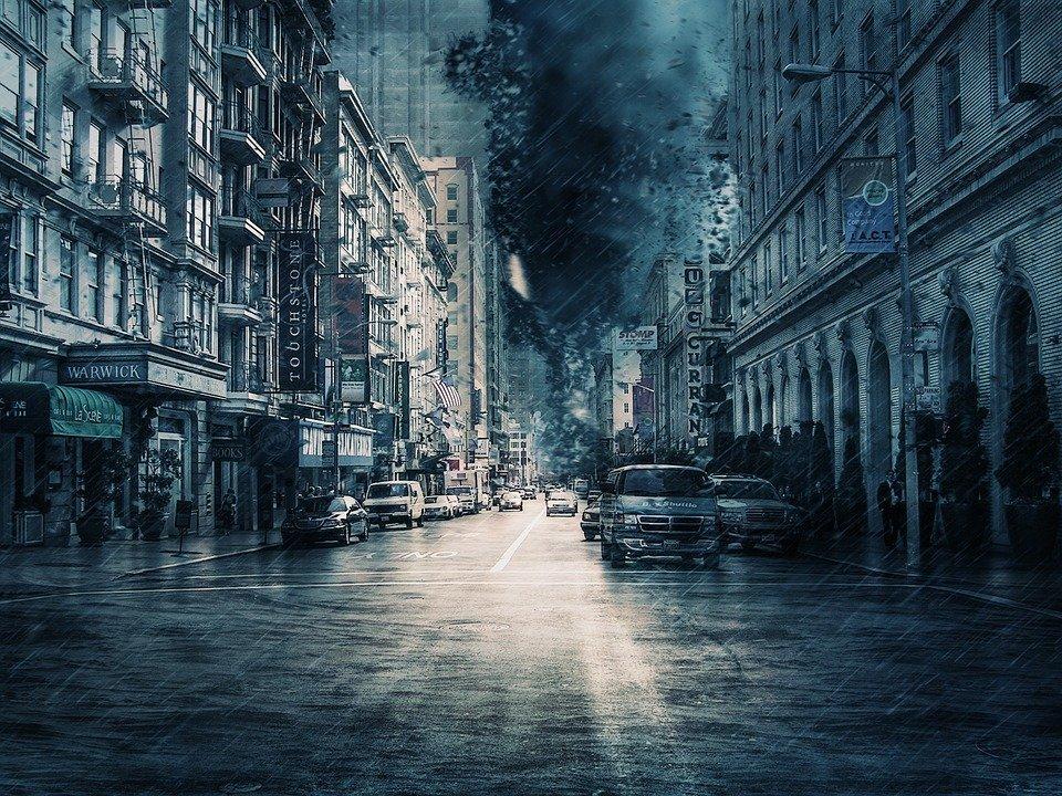 Ciudad bajo la tormenta / Imagen tomada de: Pixabay