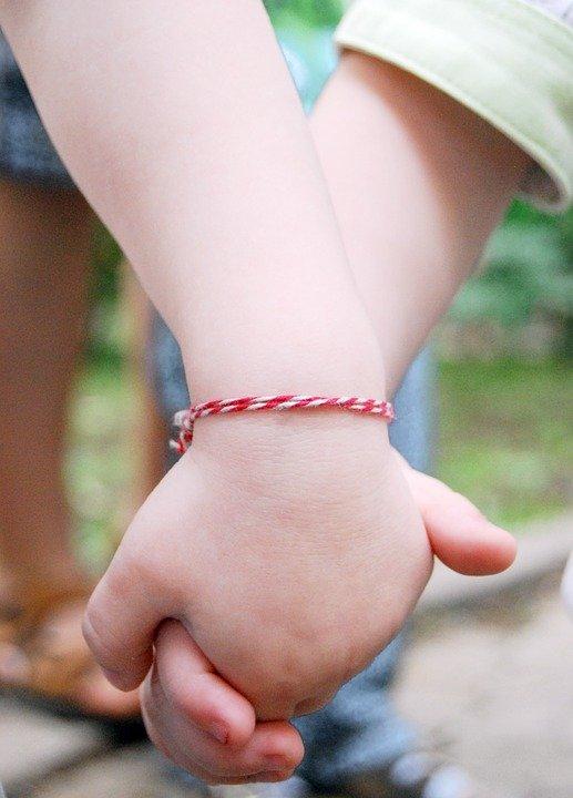 Dos niños tomados de las manos. | Imagen: Max Pixel