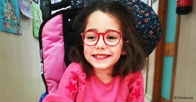 Padres de Málaga necesitan ir al colegio a diario para ayudar a su hija con parálisis cerebral