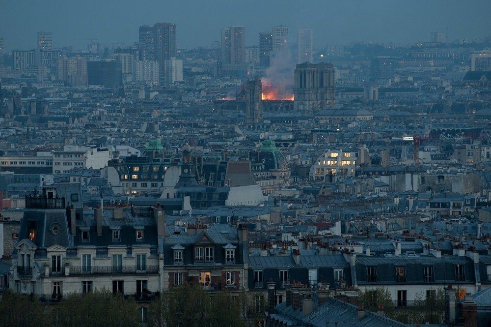 Humo y las llamas se elevan desde la catedral de Notre-Dame el 15 de abril de 2019 en París, Francia. Toma lejana.   Imagen: Getty Images.