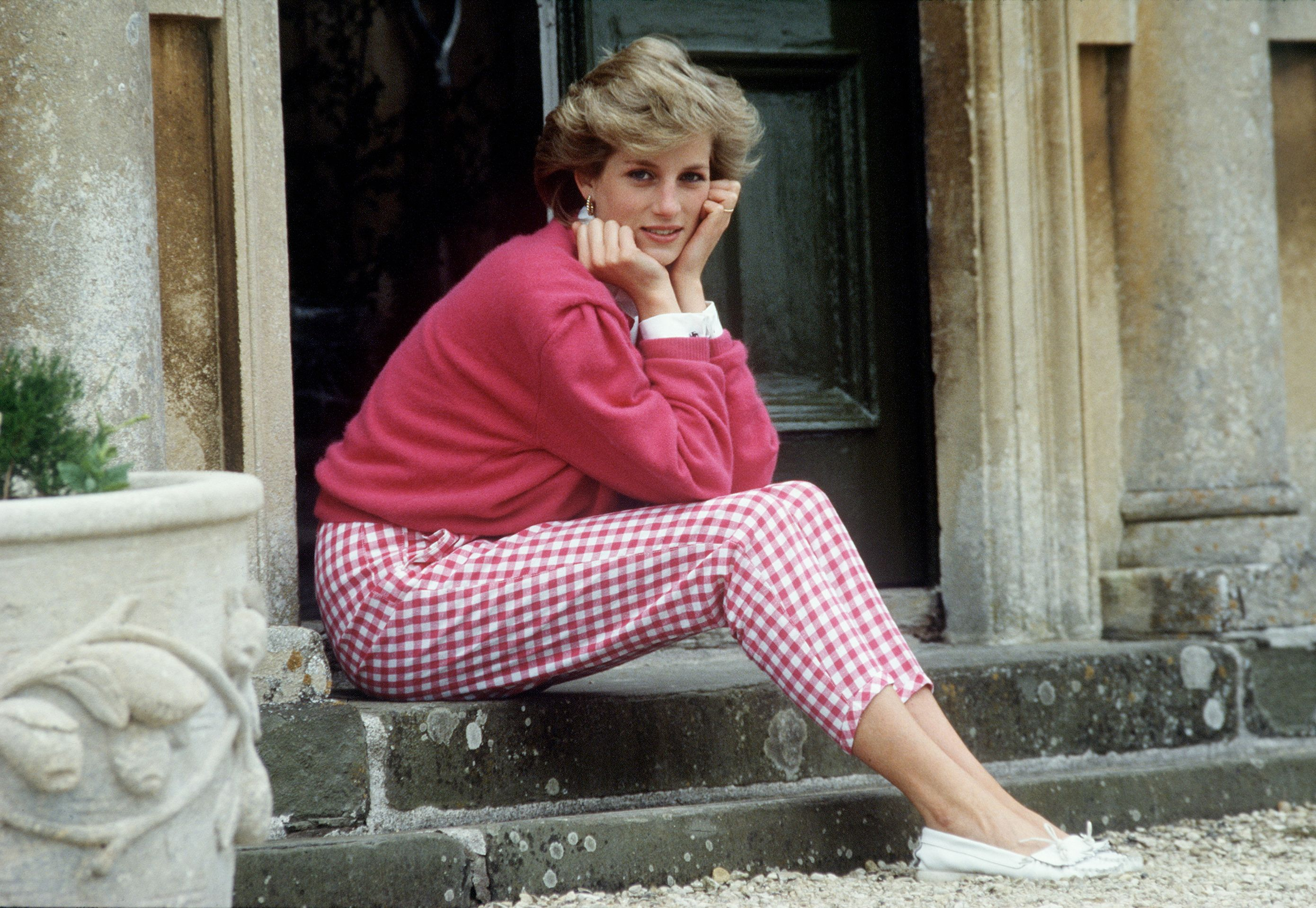 A portrait of Princess Diana Sitting On The Steps Of Her Home on July 18, 1986 | Photo: Getty Images