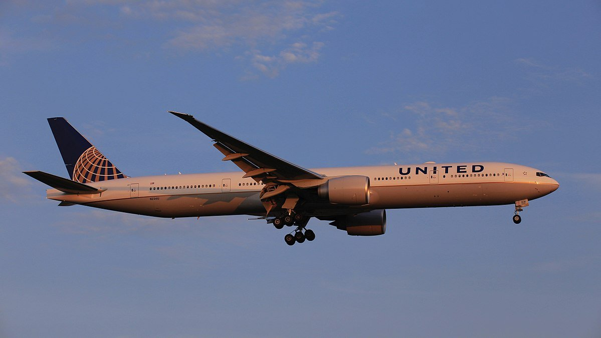 A United Airlines Boeing 777-300ER plane. | Source: Wikimedia Commons Images