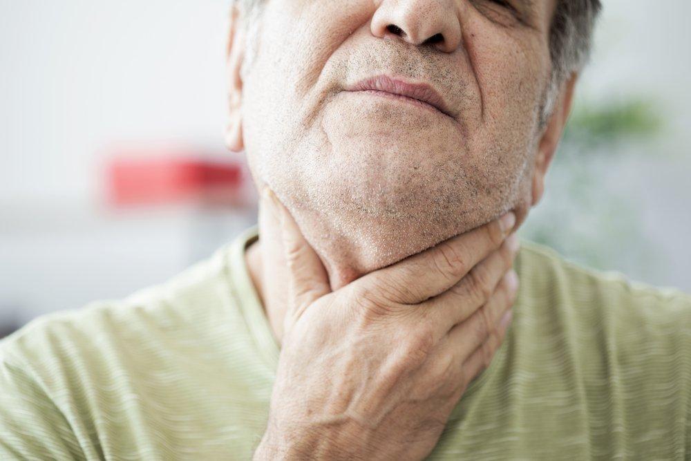 Anciano con dolor de garganta. Fuente: Shutterstock