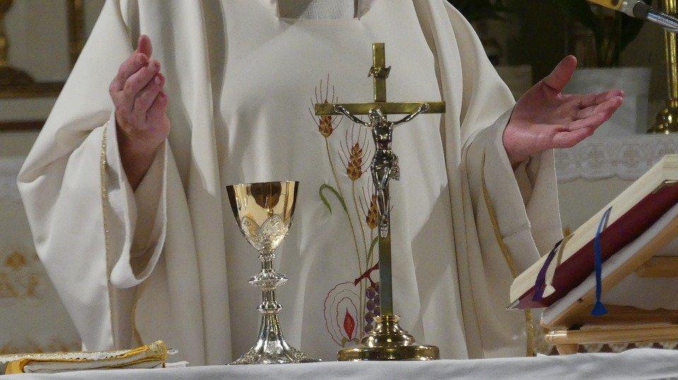 Sacerdote oficiando misa. | Imagen: Pixabay