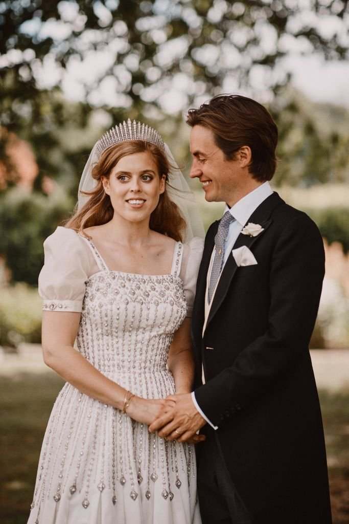 La princesa Beatrice y Edoardo Mapelli Mozzi en los terrenos de Royal Lodge el 18 de julio de 2020 en Windsor, Reino Unido. | Foto: Getty Images
