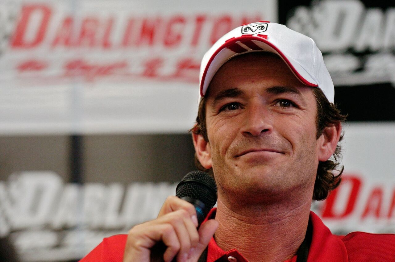 Luke Perry attends the NASCAR Nextel Cup Series Dodge Charger 500. | Source: Getty Images