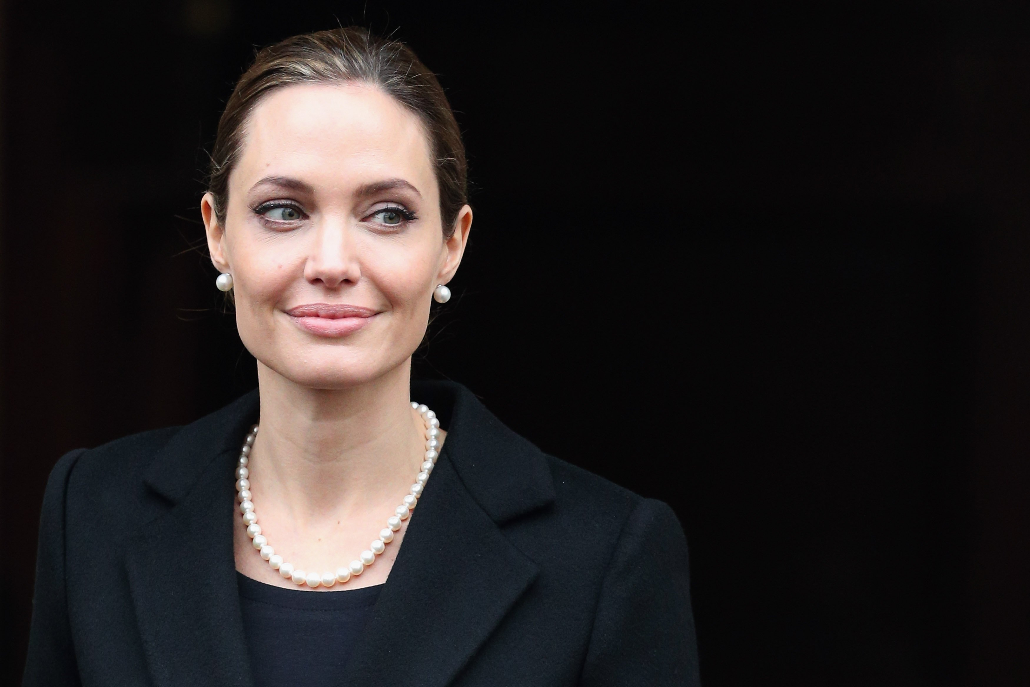 Angelina Jolie verlässt das Lancaster House, nachdem sie an der G8-Außenministerkonferenz am 11. April 2013 in London, England, teilgenommen hat | Quelle: Getty Images