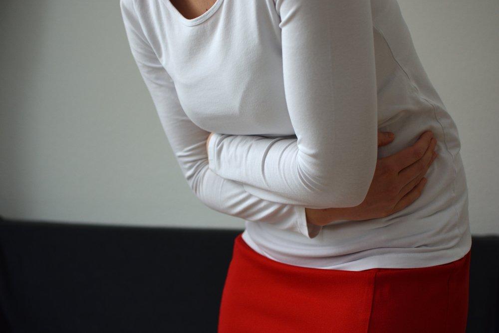 Femme qui a mal au ventre | Source : Shutterstock