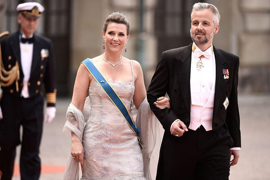 Märtha Louise y Ari Behn en la boda del príncipe Carl Philip de Suecia en el Palacio Real de Estocolmo, el 13 de junio de 2015. | Imagen: Getty Images