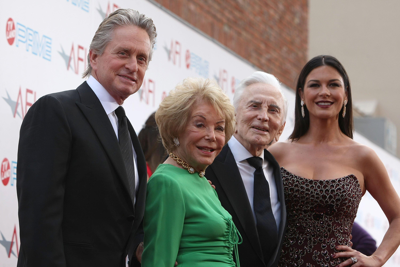 Michael Douglas, Anne Buydens, Kirk Douglas und Catherine Zeta-Jones. l Quelle: Getty Images