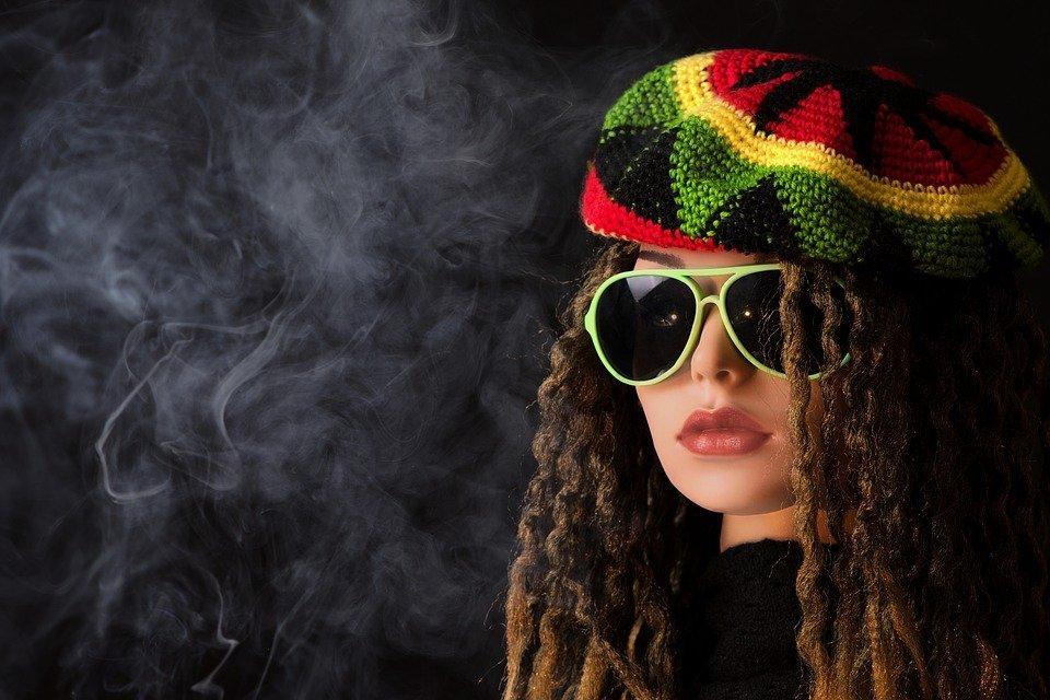Mujer fumando / Imagen tomada de: Pixabay