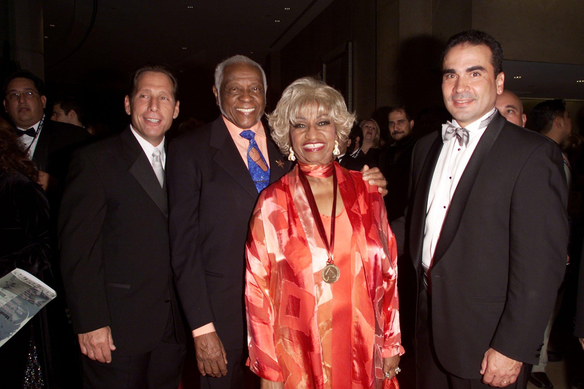 Celia Cruz y su marido Pedro Knight en el Tributo a la Persona del Año de la Academia Latina 2001 en honor a Julio Iglesias, en el Hotel Beverly Hilton de Los Ángeles, California, en septiembre de 2001 || Fuente: Getty Images