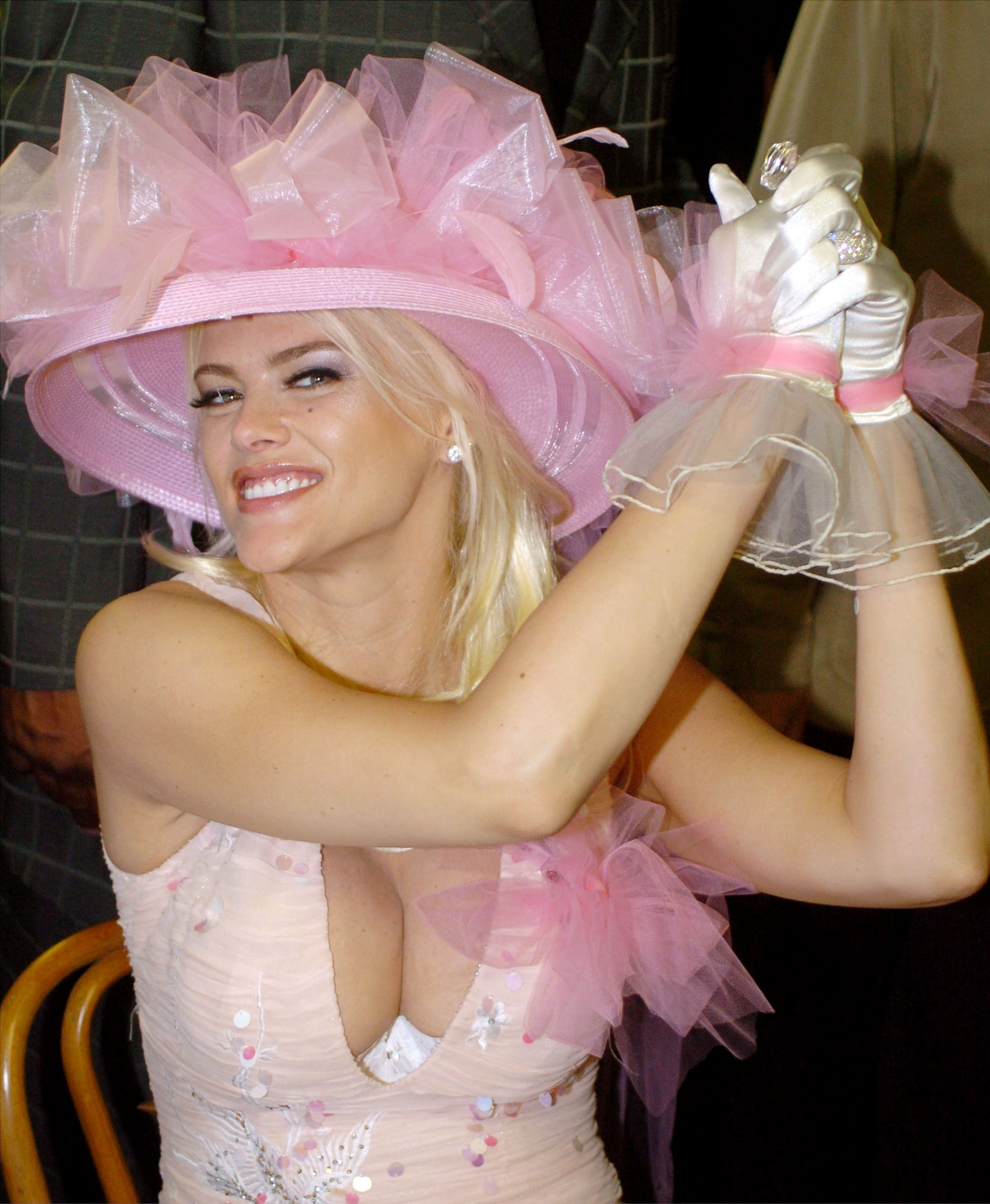 Anna Nicole Smith at the 130th Kentucky Derby in 2004 in Louisville | Source: Getty Images