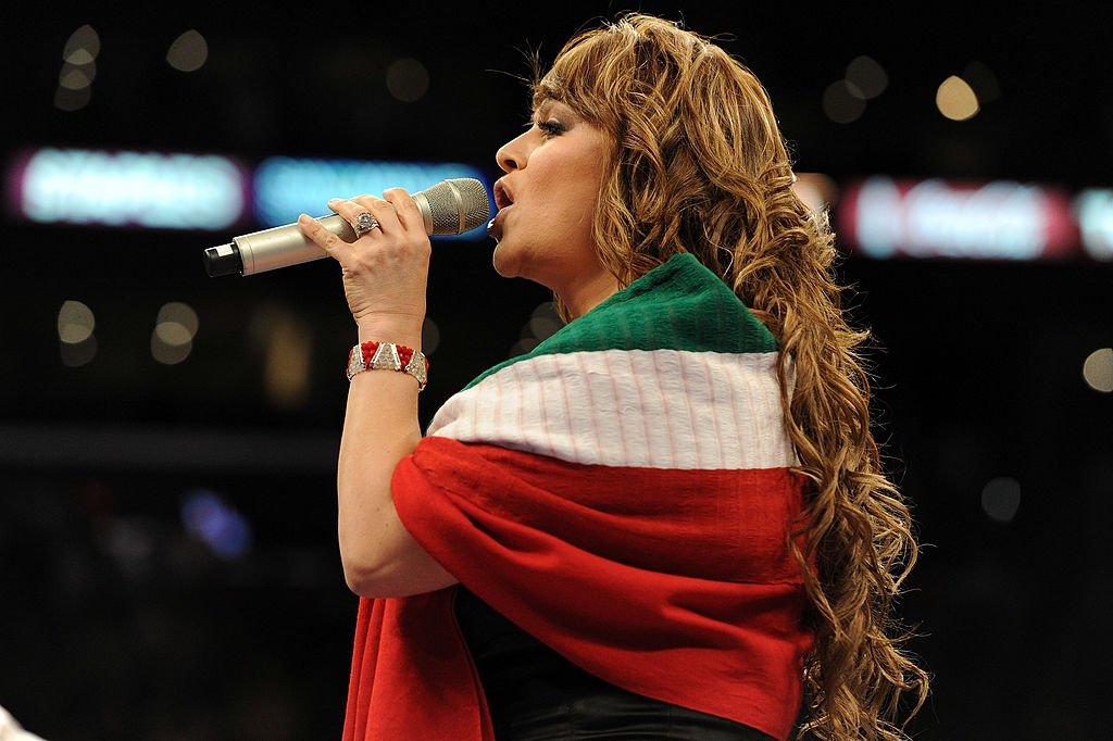 Jenny Rivera cantando el himno nacional mexicano.| Fuente: Getty Images