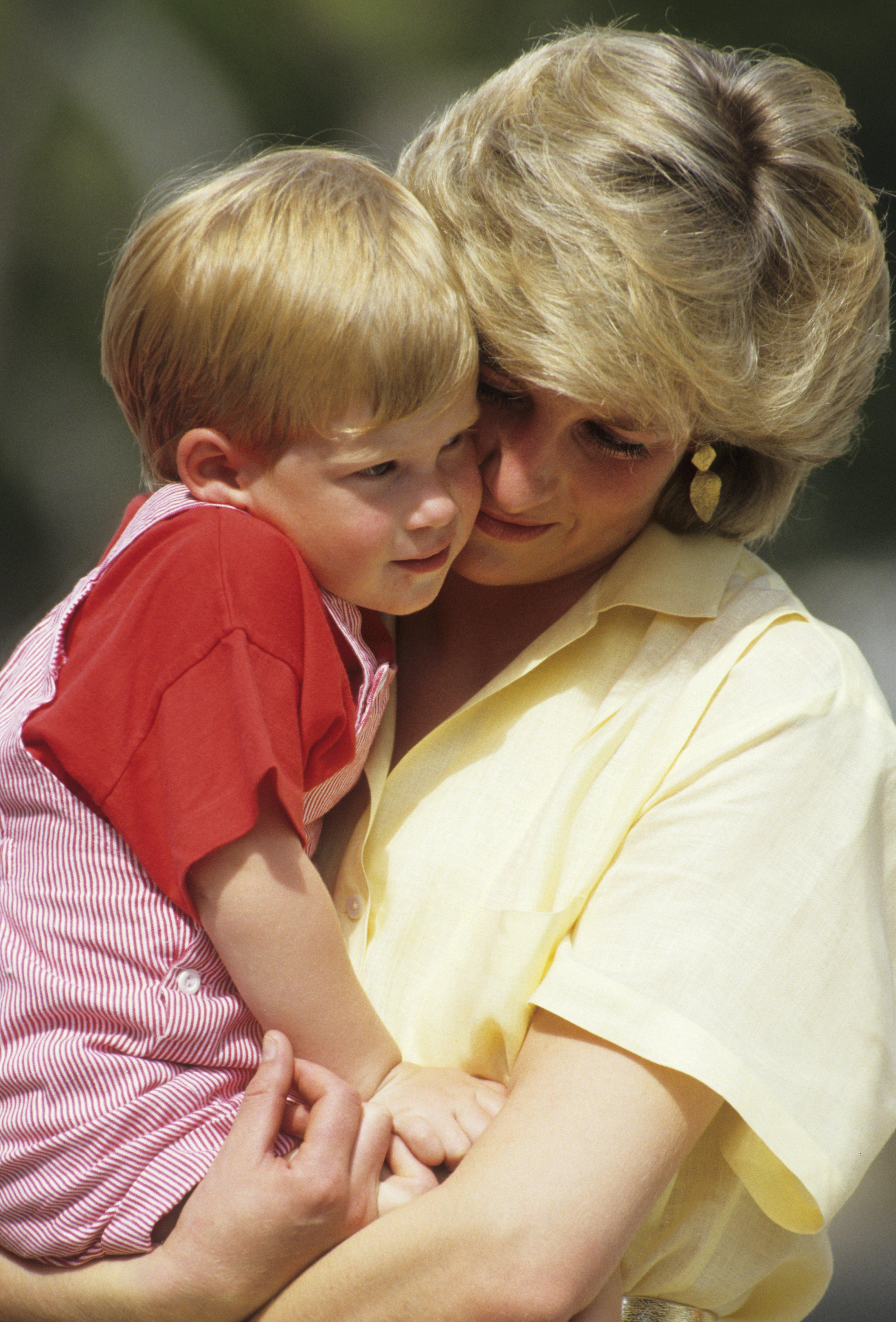 Diana, la princesse de Galles, tenant son fils le prince Harry pendant ses vacances à Majorque, Espagne en 1987 | Photo : Getty Images