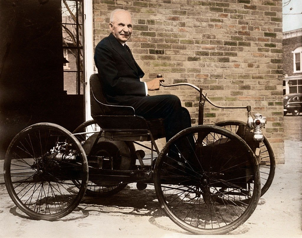 Henry Ford sits in his old pride and joy, the 1896 Quadricycle, outside his shop on Bagley Avenue in Dearborn, Michigan circa. 1946  | Photo: Getty Images
