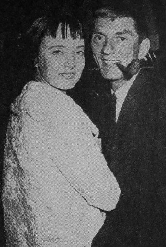 Carolyn Jones et Aaron Spelling en 1960. | Source : Wikimedia Commons.