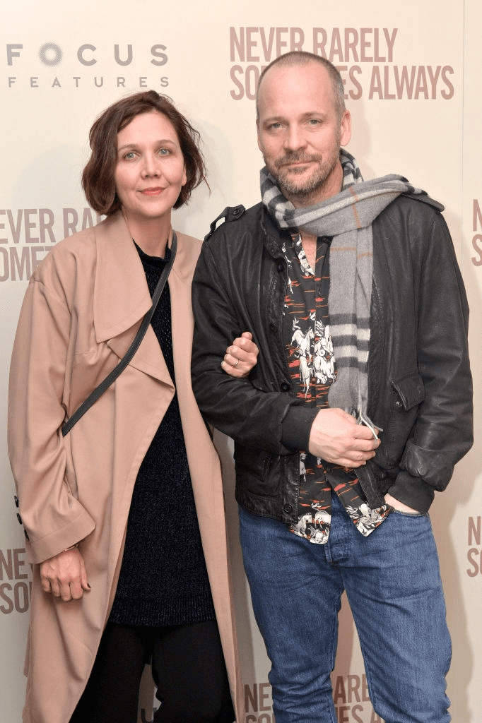 "NEW YORK - 09 MARS : Maggie Gyllenhaal et Peter Sarsgaard assistent à une projection de ""Never Rarely Sometimes Always"" au Metrograph le 09 mars 2020 à New York. 
