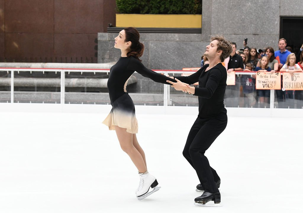 Olympic Gold medalists Meryl Davis and Charlie White host the first skate of the season at The Rink at Rockefeller Center on October 11, 2017 | Photo: Getty Images