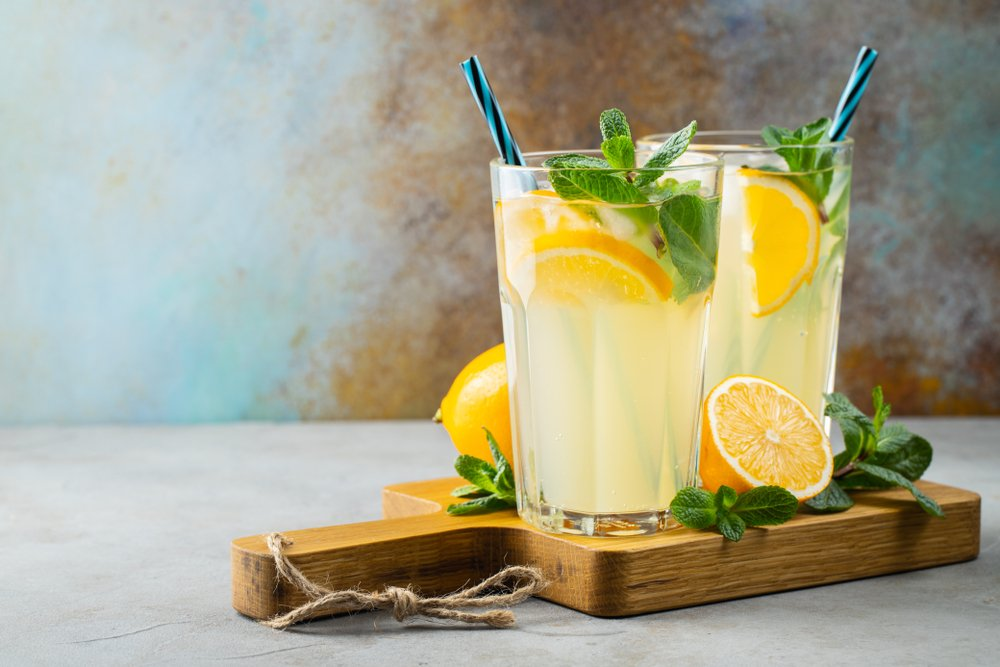 Two cups of lemonade with lemon and mint. | Photo: Shutterstock
