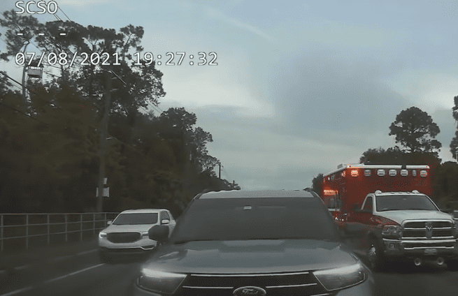 Captain Kip Beacham's SUV in front of an ambulance right before he left the intersection | Photo: Youtube.com/WESH 2 News