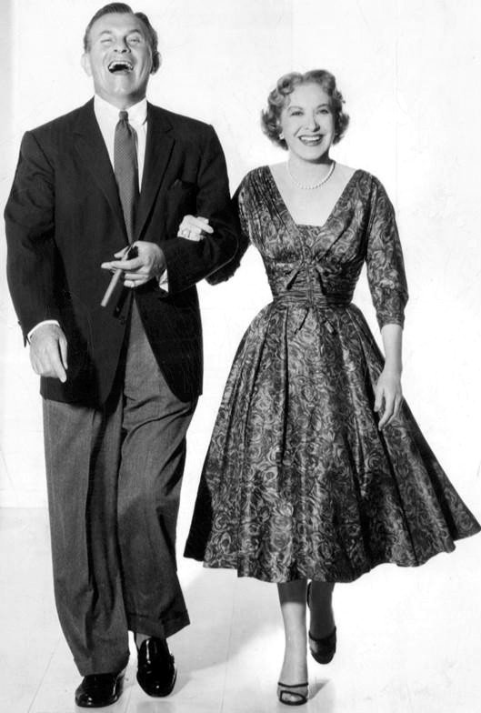 George Burns and Gracie Allen in a black and white portrait. | Source: Wikimedia Commons