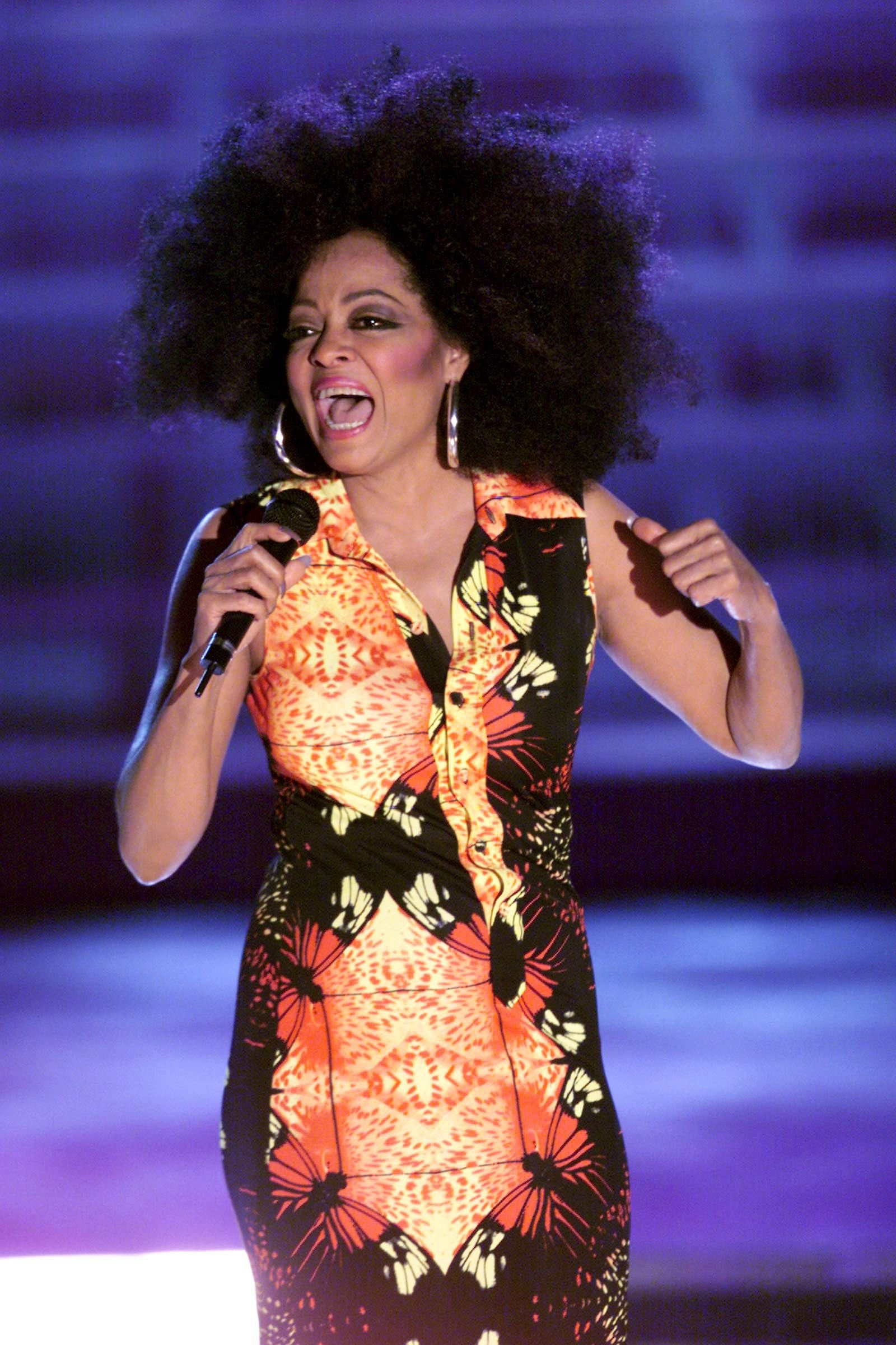 """Diana Ross performs at Madison Square Garden on the VH1Diva's """"2000: A Tribute to Diana Ross."""" 