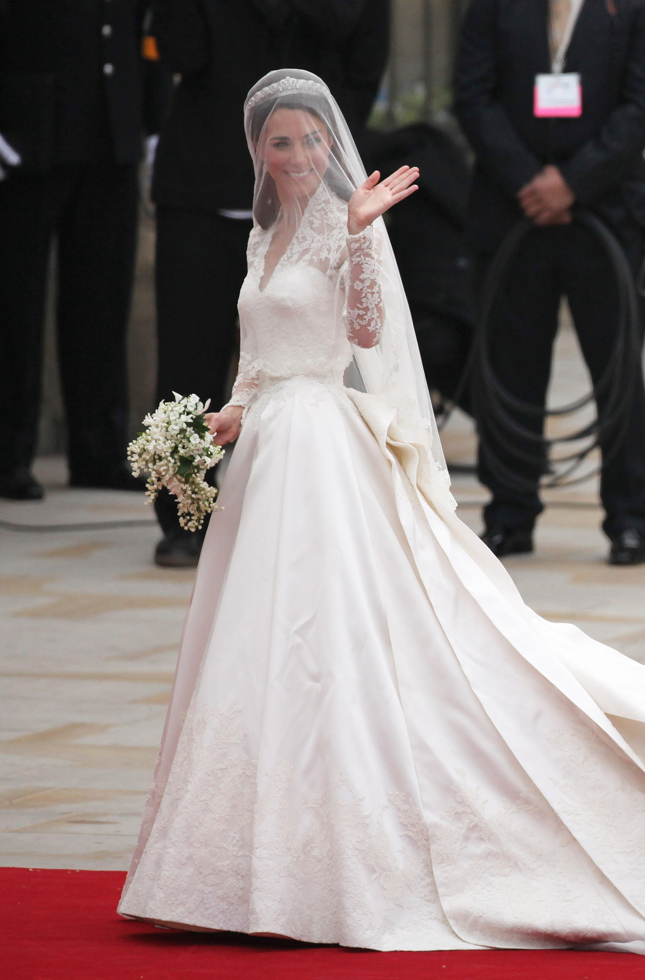 Catherine Middleton waves to the crowds as she arrives at Westmister Abbey on April 29, 2011. | Photo: GettyImages