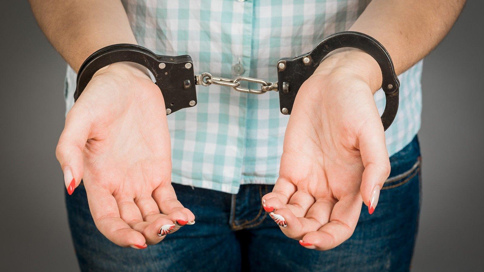 A woman in handcuffs. | Photo: Shutterstock.