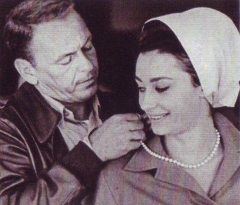 Raffaella carrà y Frank Sinatra en el Colonnello Von Ryan 1965. | Imagen: Wikipedia