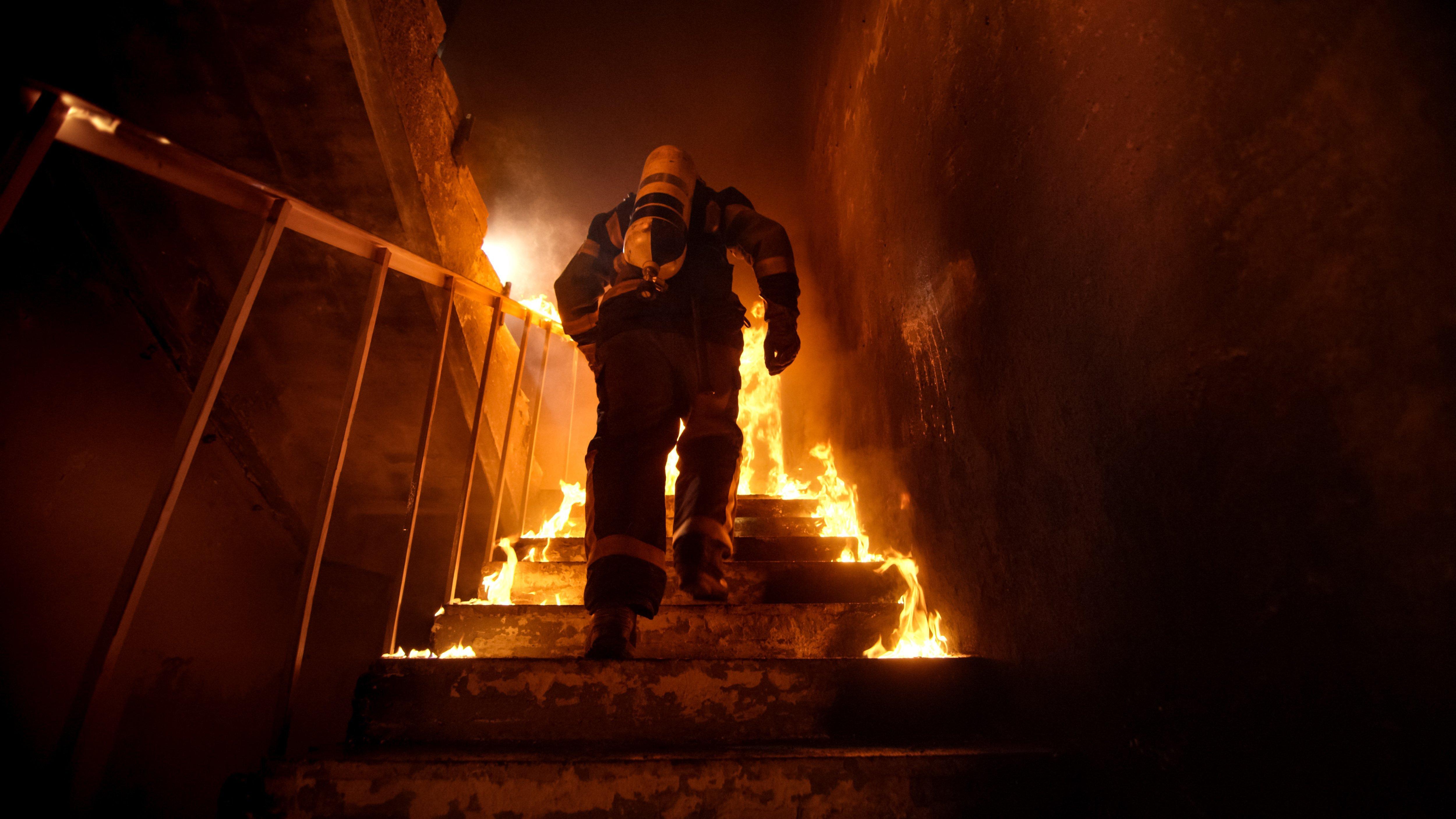 Un pompier dans un maison en feu | photo : shutterstock