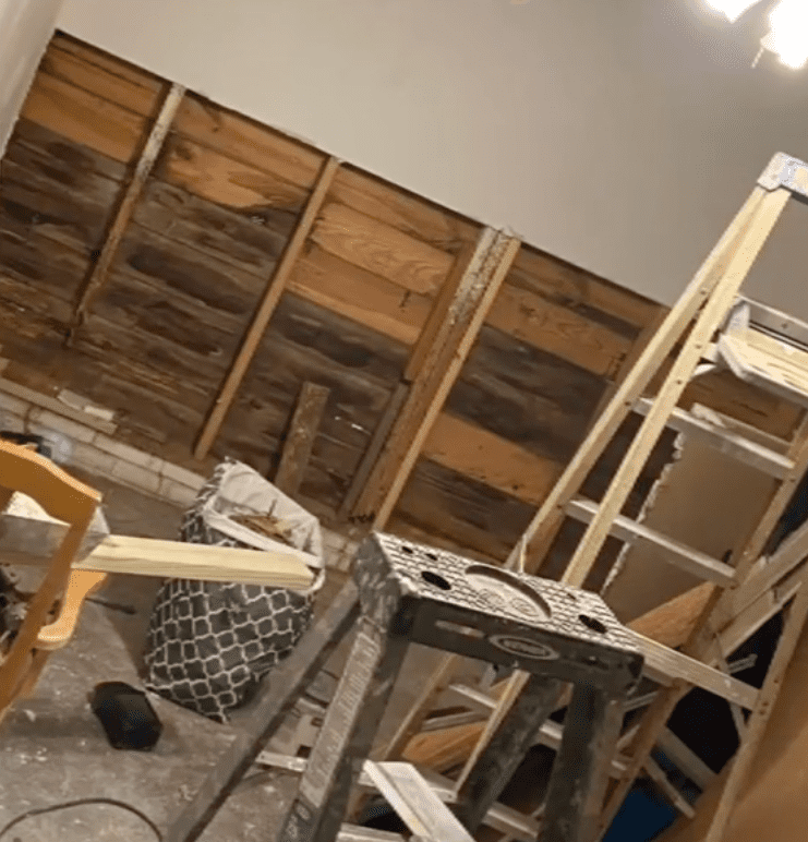 In a viral TikTok clip, a pregnant mother shows as her dad builds a room for her baby | Photo: TikTok/vanessaguilars