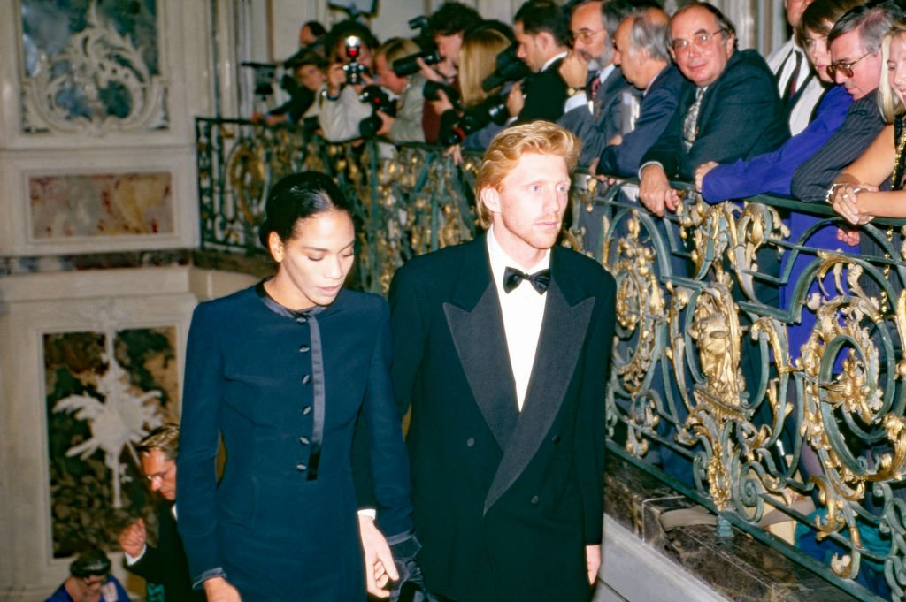 Königin Elizabeth II. Bei einer Abendveranstaltung auf Schloss Brühl als Gäste: Tennismeister Boris Becker mit Frau Barbara, Deutschland, 1992. (Foto von Wolfgang Kuhn) I Quelle: United Archives via Getty Images