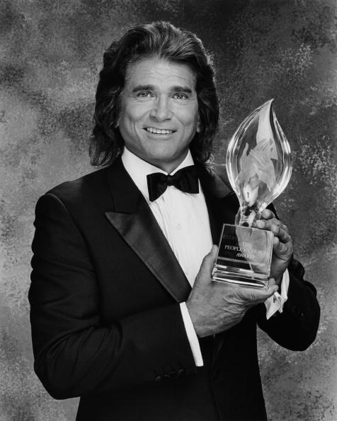 Michael Landon poses with the People's Choice Award during a 1989 Beverly Hills, California, photo portrait session. | Photo: Getty Images