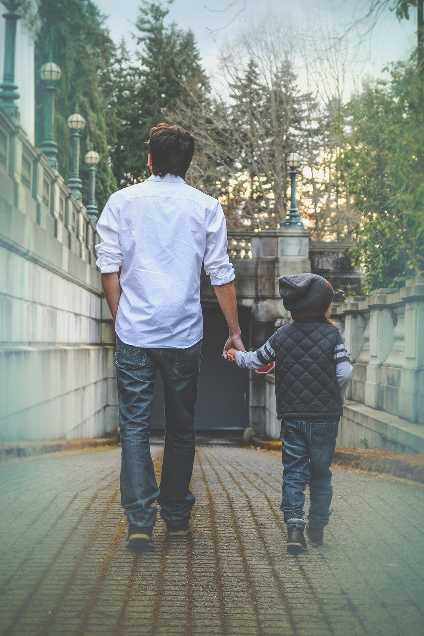 Father and son walking | Source: Pixabay