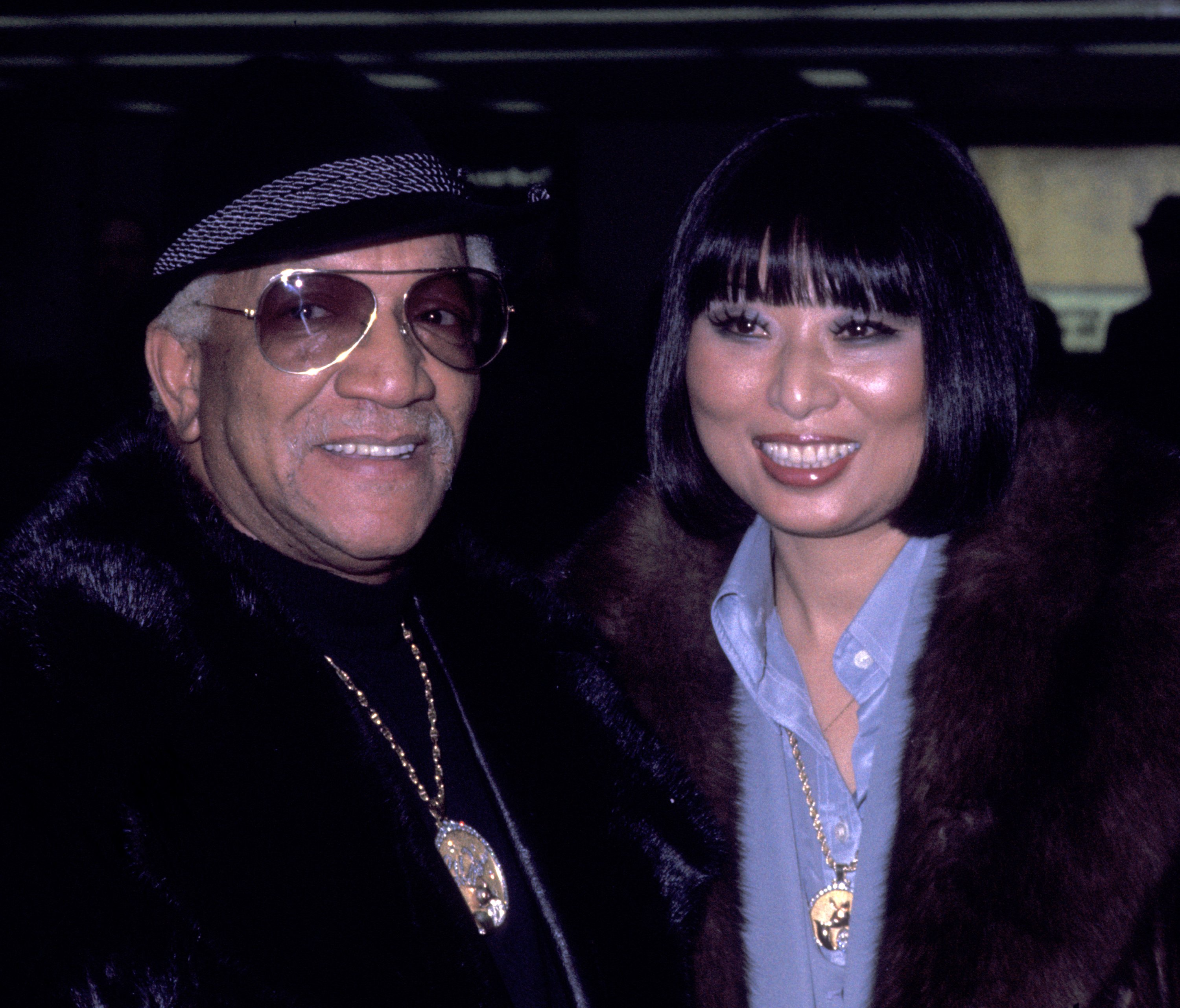 Redd Foxx and wife Yun Chi Chung at Dulles International Airport on January 18, 1977 in Washington, D.C. | Photo: Getty Images
