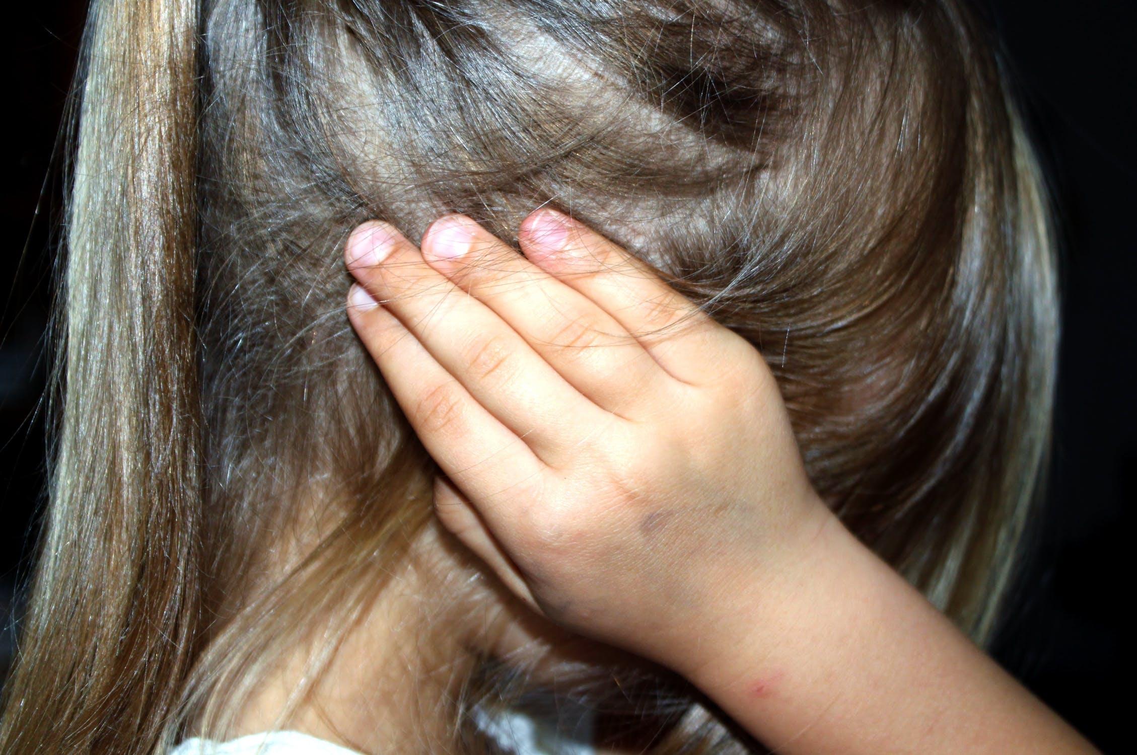 Niña asustada cubriendo sus oídos. | Imagen: Pexels