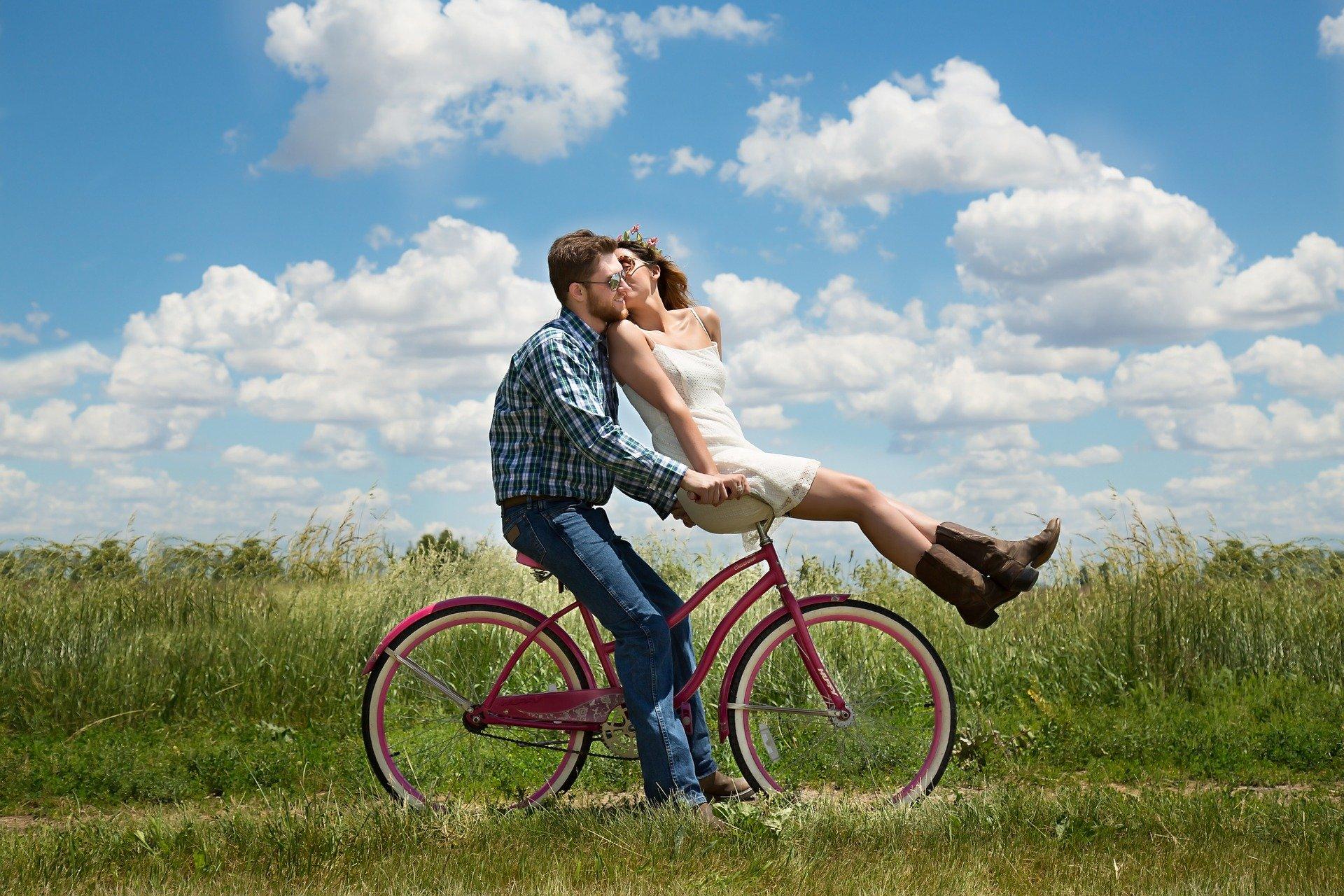 Joven pareja en bicicleta. Fuente: Pixabay