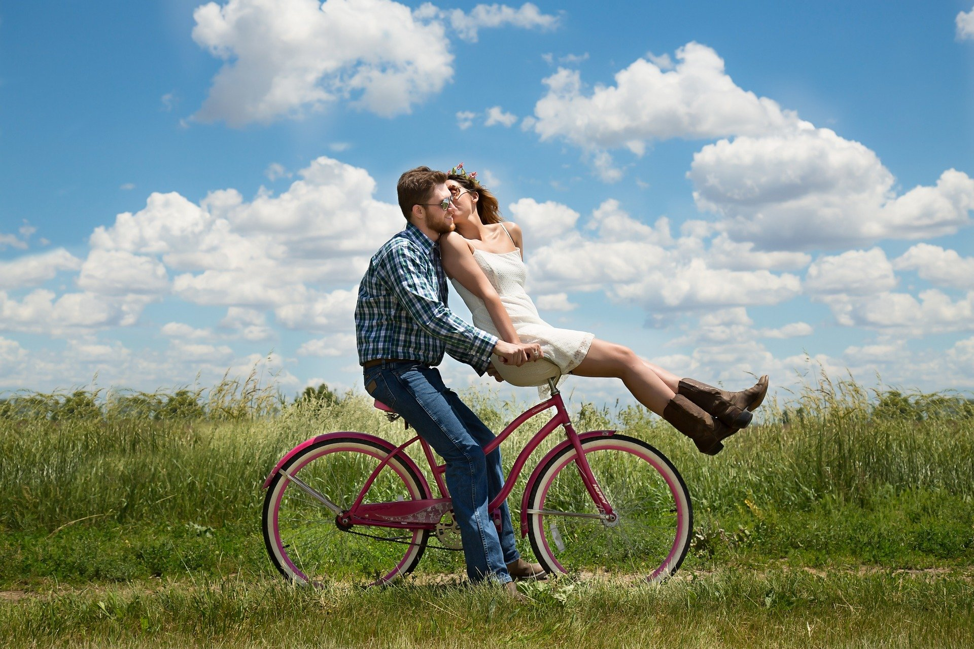 Young couple on a bicycle. | Source: Pixabay