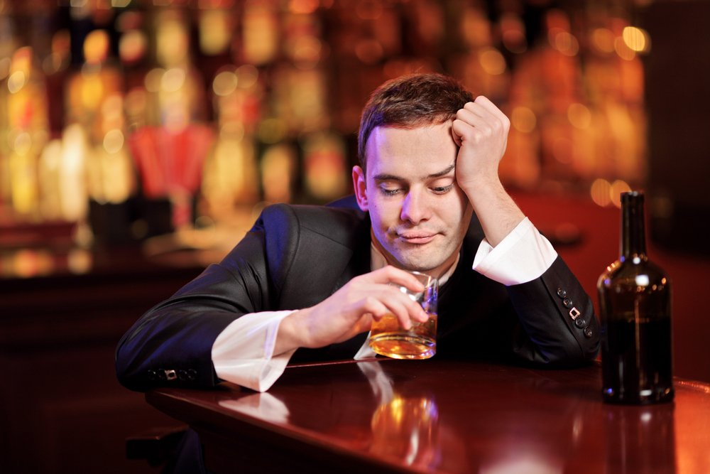 A young drunk man drinking whiskey. | Photo: Shutterstock