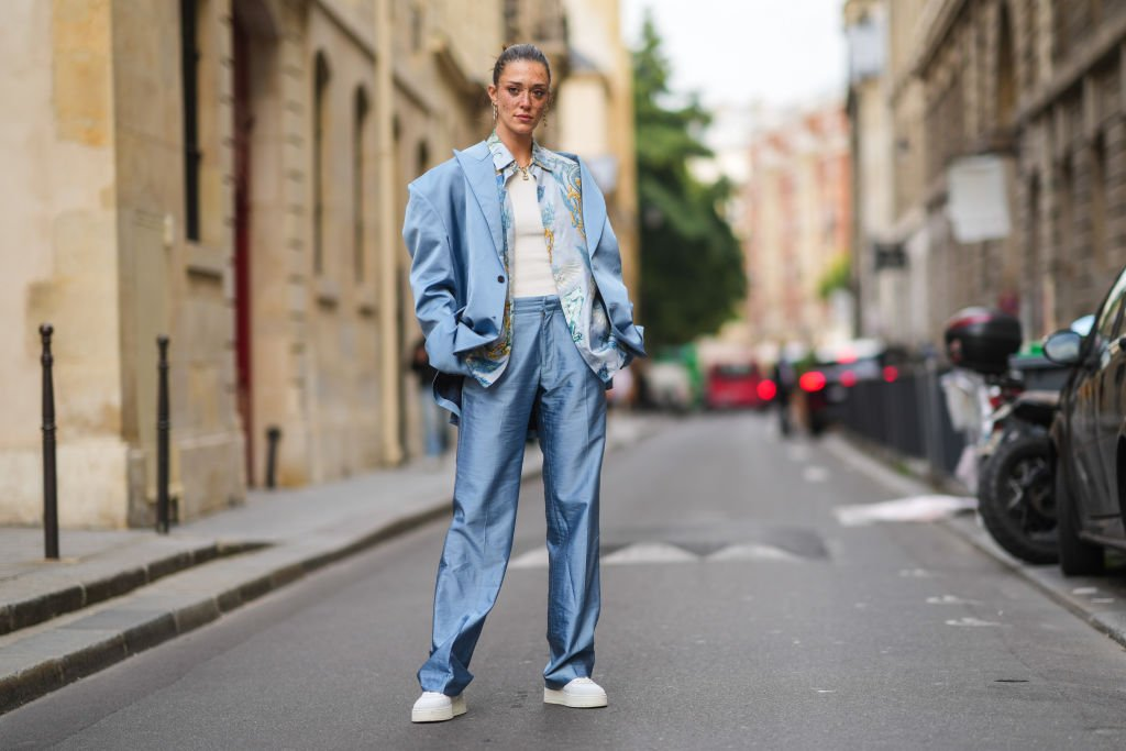 Maeva Giani Marshall in an oversized suit and white sneakers during Paris Fashion Week on June 23, 2021 | Source: Getty Images