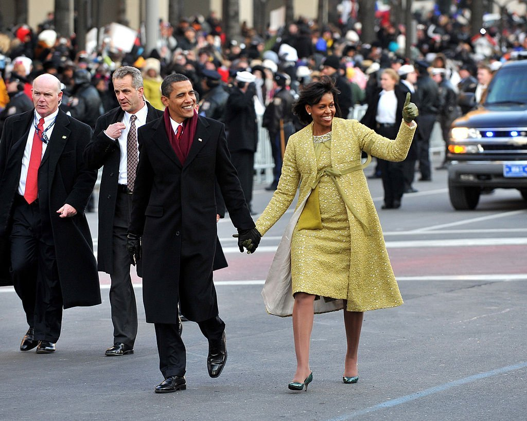 L'ancien président Barack Obama et l'ancienne première dame Michelle Obama marchent pendant le défilé inaugural à Washington, DC le 20 janvier 2009 | Source : Getty Images