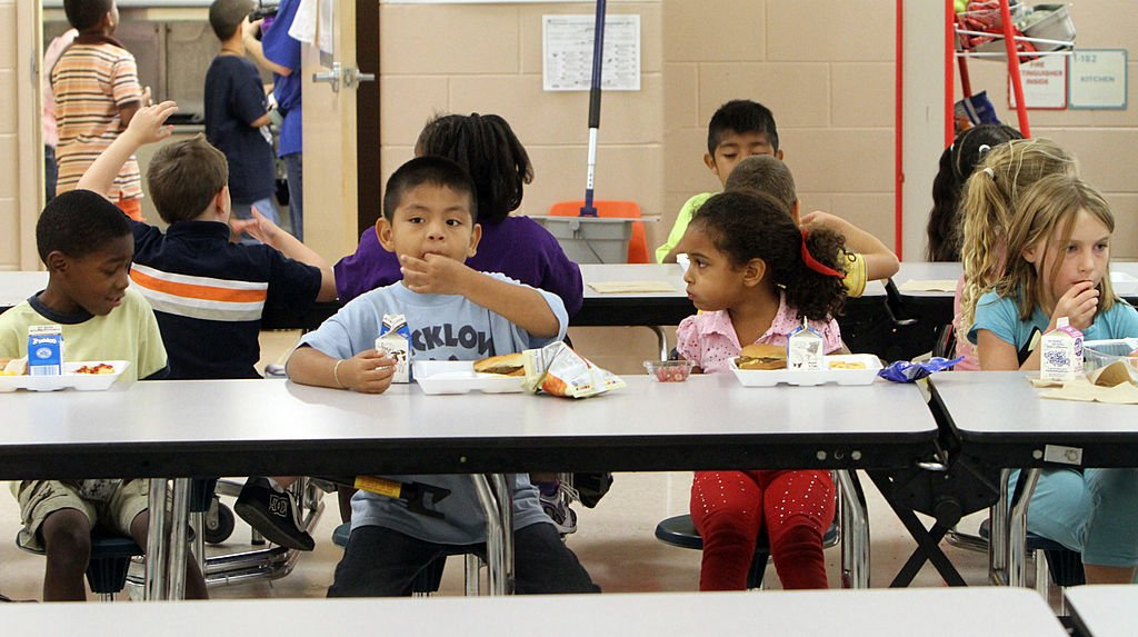 Children at Wicklow Elementary in Sanford, Florida, get lunch at the cafeteria, October 14, 2011 | Photo: Getty Images