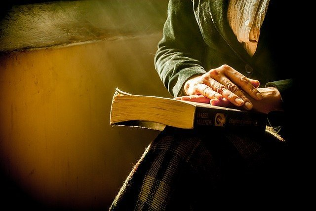 A woman placing her hand over the Holy Bible. | Source: Pixabay