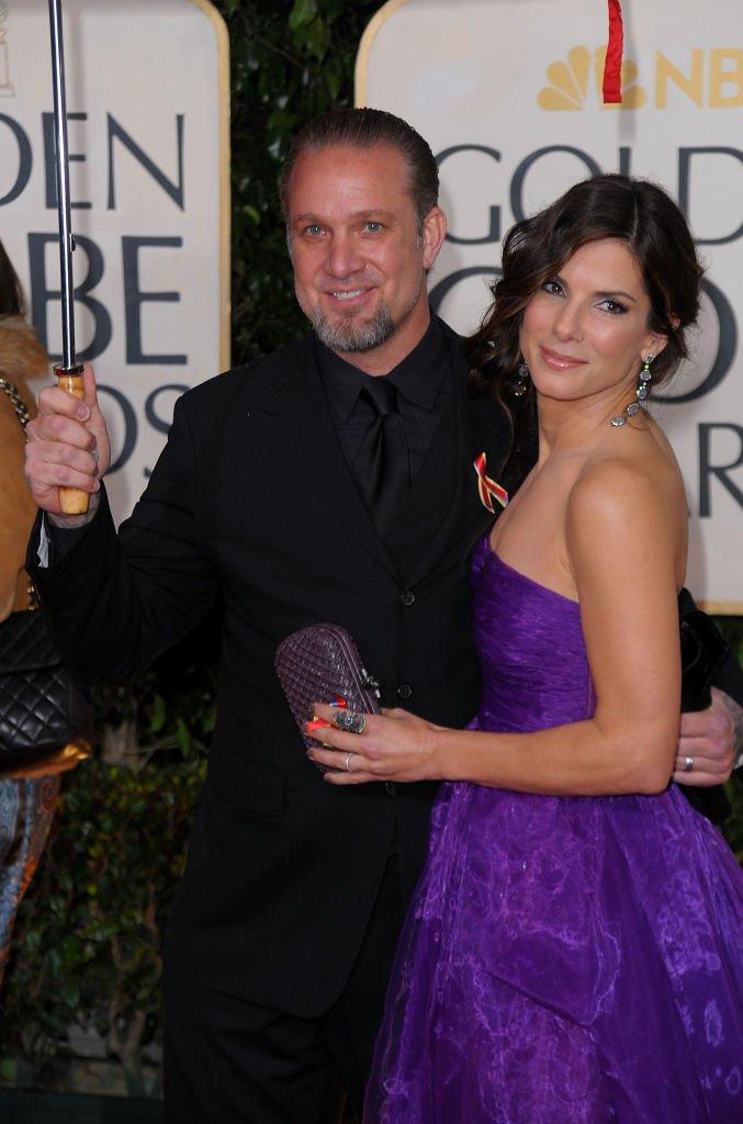 Jesse James et Sandra Bullock aux Golden Globe Awards du 17 janvier 2010 à Beverly Hills, en Californie. | Image: Getty Images