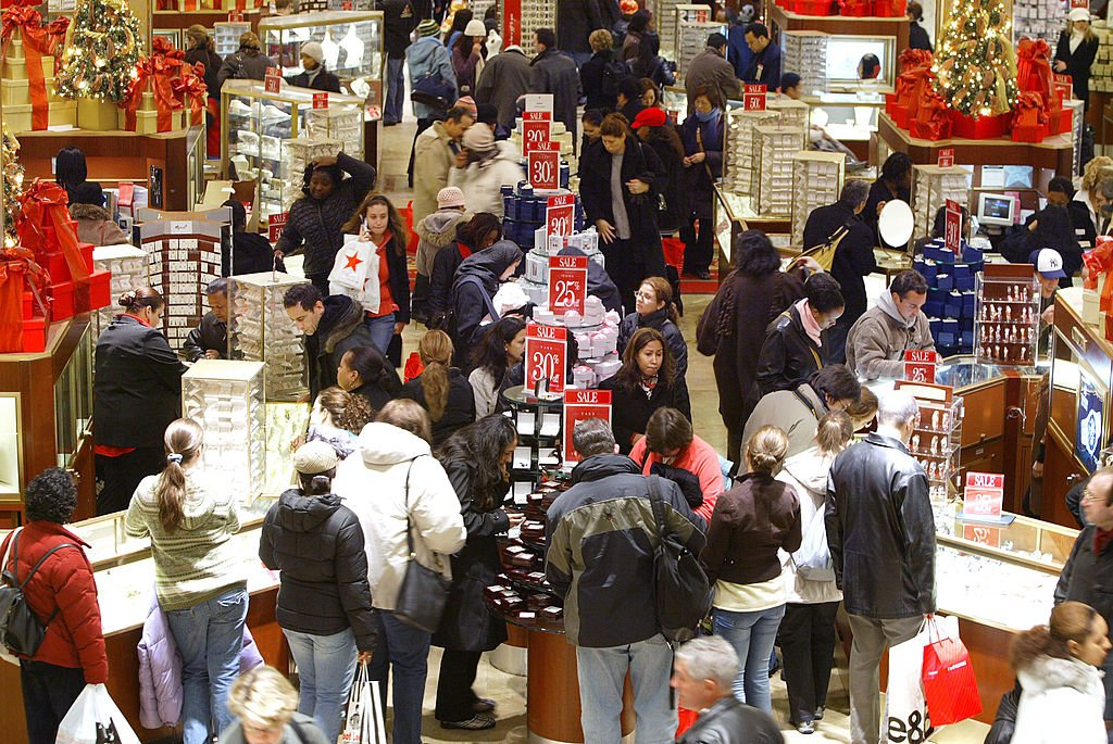 Last minute shoppers shop at the few remaining hours of shopping on Christmas eve December 24, 2004 | Photo: Getty Images